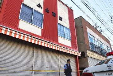 小山和子さんが死亡しているのが見つかった自宅兼店舗(左)=19日午後、青森市