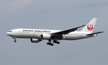 Japan Airlines Co. Boeing 777 above Tokyo's Haneda airport in July, 2013.   2013092500036