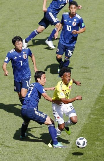 日本―コロンビア 前半、コロンビアのJu・クアドラード(右下)と競り合う長谷部ら=サランスク(共同)