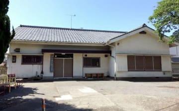 旧耐震基準で建てられ、以降改修されていない「災害時地区本部」の下町老人憩いの家=二宮町二宮