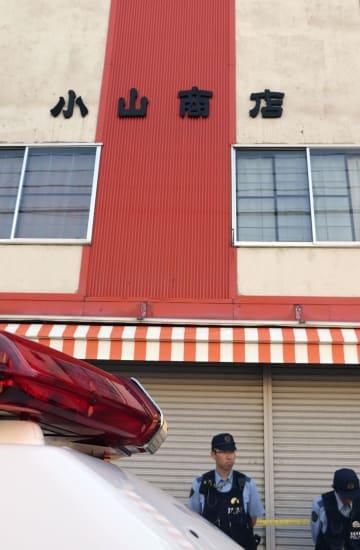 小山和子さんが死亡しているのが見つかった自宅兼店舗=19日午後、青森市
