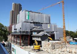 来年3月29日の一般公開に向けて再建工事が進む尼崎城=尼崎市北城内(撮影・風斗雅博)