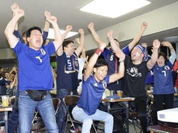 試合開始早々、香川真司選手のPKゴールに沸く町民ら=19日午後9時5分ごろ、野辺地町中央公民館