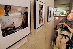 会員が互いに撮影した表情や自然の草花などが写され、施設の日常が伝わる写真展=山崎文化会館