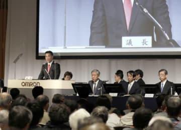 株主総会で出席者の質問に回答するオムロンの山田社長(京都市下京区)