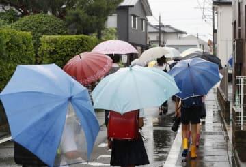 頭部を切られた小4男児が倒れていた現場付近を登校する児童=20日午前、静岡県藤枝市