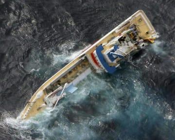 左舷側がほぼ沈んだカツオ一本釣り漁船第68広漁丸=20日午前、宮城県石巻市・金華山沖の太平洋上(第2管区海上保安本部提供)