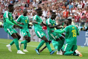 2点目のゴールでセネガルが勝利を手繰り寄せた。喜びを分かち合うメンバーたち photo/Getty Images