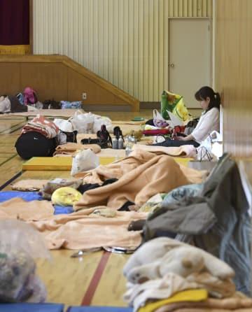 大阪府茨木市の避難所で過ごす女性=20日午前