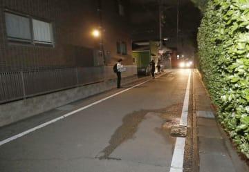 頭を切られた小学4年の男児が倒れていた現場付近の道路=19日午後9時13分、静岡県藤枝市