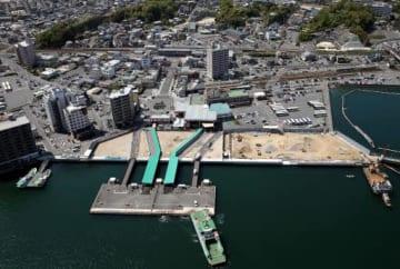 フェリー乗り場が現在の浮桟橋(手前)から東西に移る宮島口地区(4月20日)