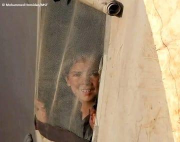 イドリブの国内避難民キャンプで暮らす少年