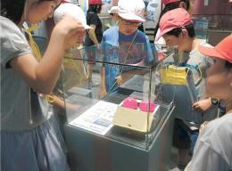 展示されている防犯用品に見入る児童