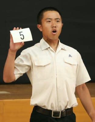 抽選で引いた番号を読み上げる臼杵の広田開人主将=大分市の県教育会館