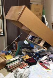 地震の影響で物が散乱した住宅の室内。備えは落ち着いて、しっかりと=大阪府吹田市