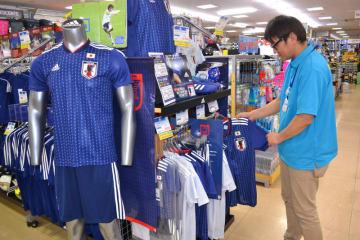サッカー日本代表の初戦勝利で県内が沸く中、スポーツ用品店ではレプリカユニホームなどの特設コーナーが人気だ=盛岡市青山のタケダスポーツ青山店