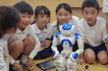 人型二足歩行ロボット「NAO」のプログラミングを体験した児童=茨城町長岡の町立葵小