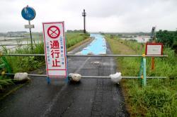 ブルーシートがかぶせられた自転車道と通行止めを知らせる看板(八幡市岩田・八幡木津自転車道)