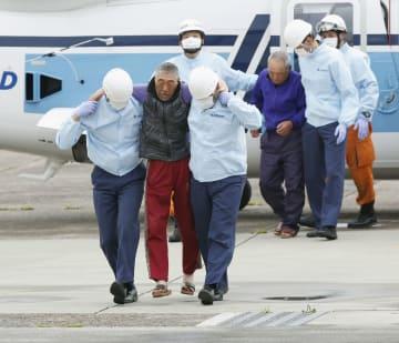 第2管区海上保安本部仙台航空基地に到着した、第68広漁丸から救助された乗組員=21日午前8時23分、宮城県岩沼市