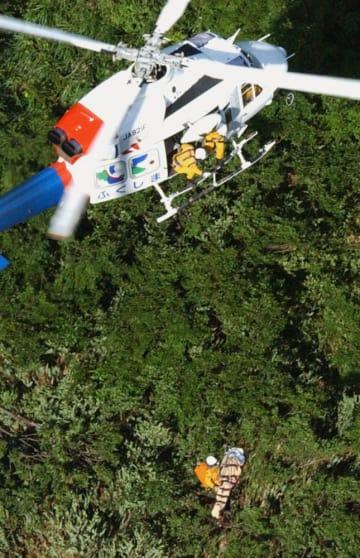 山岳遭難者の遺体を収容するヘリコプター