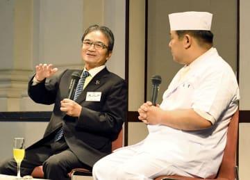 「萬重」の田村圭吾さん(右)と対談する文化庁の宮田長官=21日午前、京都市