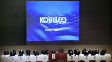 株主総会でデータ改ざん問題について謝罪する神戸製鋼所経営陣のモニター映像=21日午前、神戸市