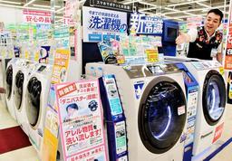 時短ニーズを追い風に、よく売れているという高価格帯のドラム式洗濯機=伊丹市北伊丹5、エディオン伊丹店