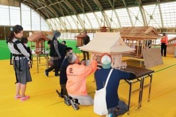 職人の技が光る建築模型を並べた展示会=村上市猿沢