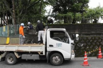 ブロック塀を撤去する作業員
