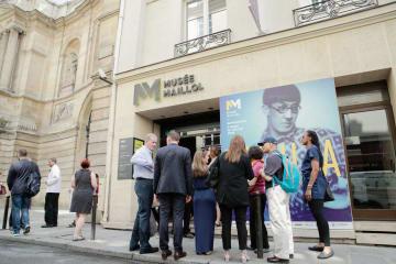 藤田嗣治の没後50年展が開かれているマイヨール美術館の玄関に並ぶ来場者ら=19日、パリ(共同)