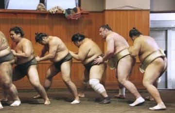 東京都墨田区の春日野部屋で稽古する栃ノ心(右から2人目)