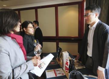オーストラリア・シドニーで開かれた日本酒の商談会に参加した今代司酒造の田中洋介社長(右)=21日(共同)