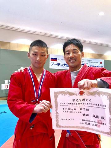サンボ世界選手権に出場する竹田さん(左)と、みやざき第3サンボ部の関屋代表