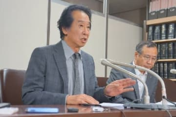 無罪判決を受けて記者会見する佐谷秀美さん(左)と櫻田喜貢穂弁護士