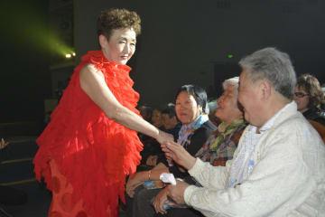 ロシア・ユジノサハリンスクでのコンサートでファンと交流する加藤登紀子さん=21日(共同)