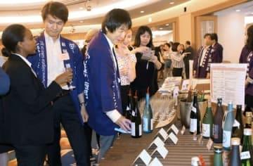 セミナーで参加者の人気を集めた本県の特設コーナー=21日、東京都内のホテル
