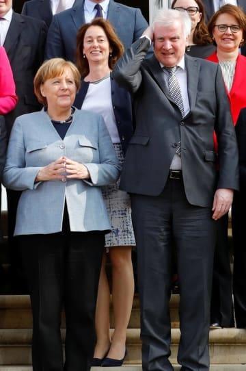 ドイツのメルケル首相(左)とゼーホーファー内相(右)=10日(ロイター=共同)