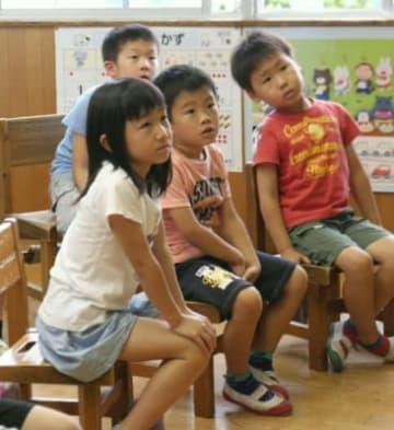 「学校で被災したらどうする」との問い掛けに、「慌てない。帰る準備をする」と答えた小野小学校の低学年児。避難情報に関する用語も覚えた=日田市の戸山中学校