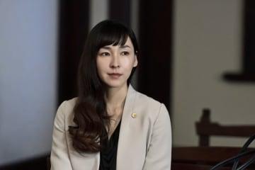 「dele(ディーリー)」で弁護士を演じる麻生久美子 - (C)テレビ朝日