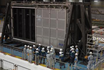 ブローアウトパネルの状況を確認する原子力規制委員会の担当者ら=兵庫県三木市