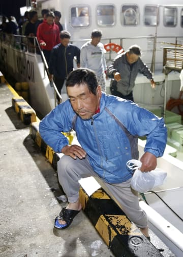 気仙沼港に到着した、第68広漁丸から救助された乗組員=22日未明、宮城県気仙沼市