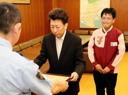 感謝状を受け取る「セブンイレブン神戸東山町店」オーナー平松さんと店員の冨賀見さん