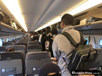 緊急停車した列車の乗客たちが乗り換えた東北新幹線車内。通路まで人であふれた=17日午後4時41分、宮城県内