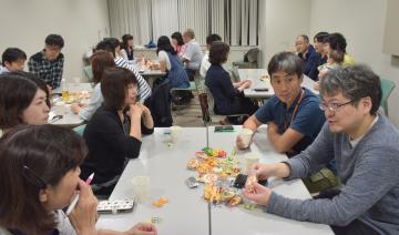交流する「むらカフェ」の参加者=東海村村松