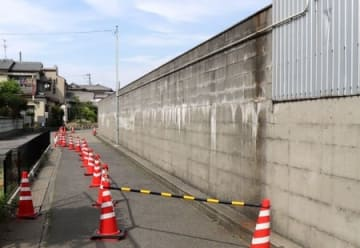 高さなどが建築基準法に違反していた亀田中のブロック塀=21日、新潟市江南区