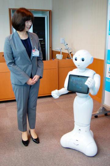 【人型ロボットペッパーと会話する末松市長=鈴鹿市役所で】