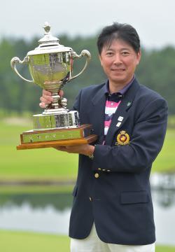 第37回県社会人アマゴルフ選手権大会で7年ぶり2度目の優勝を飾った舘英樹=静ヒルズCC、高松美鈴撮影