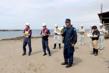 海水浴シーズンを前に海岸の安全を確認した合同パトロール=21日、上越市