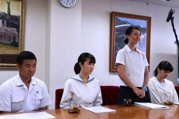 今後の活動への意気込みを語る山西さん(右から2人目)ら=長崎市役所