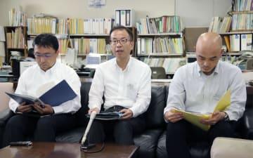 兵庫県立がんセンターで起きたがん転移の見落としについて説明する県の担当者ら=22日午後、兵庫県庁